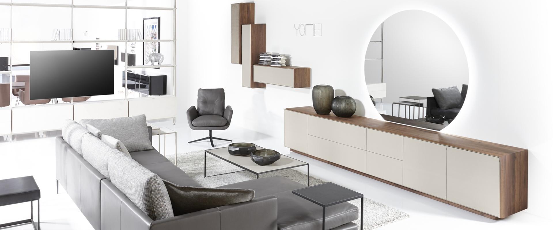 Die Serie S100 von YOMEI bei Hans G. Bock: Sideboards und Wandhänger gelungen kombiniert.