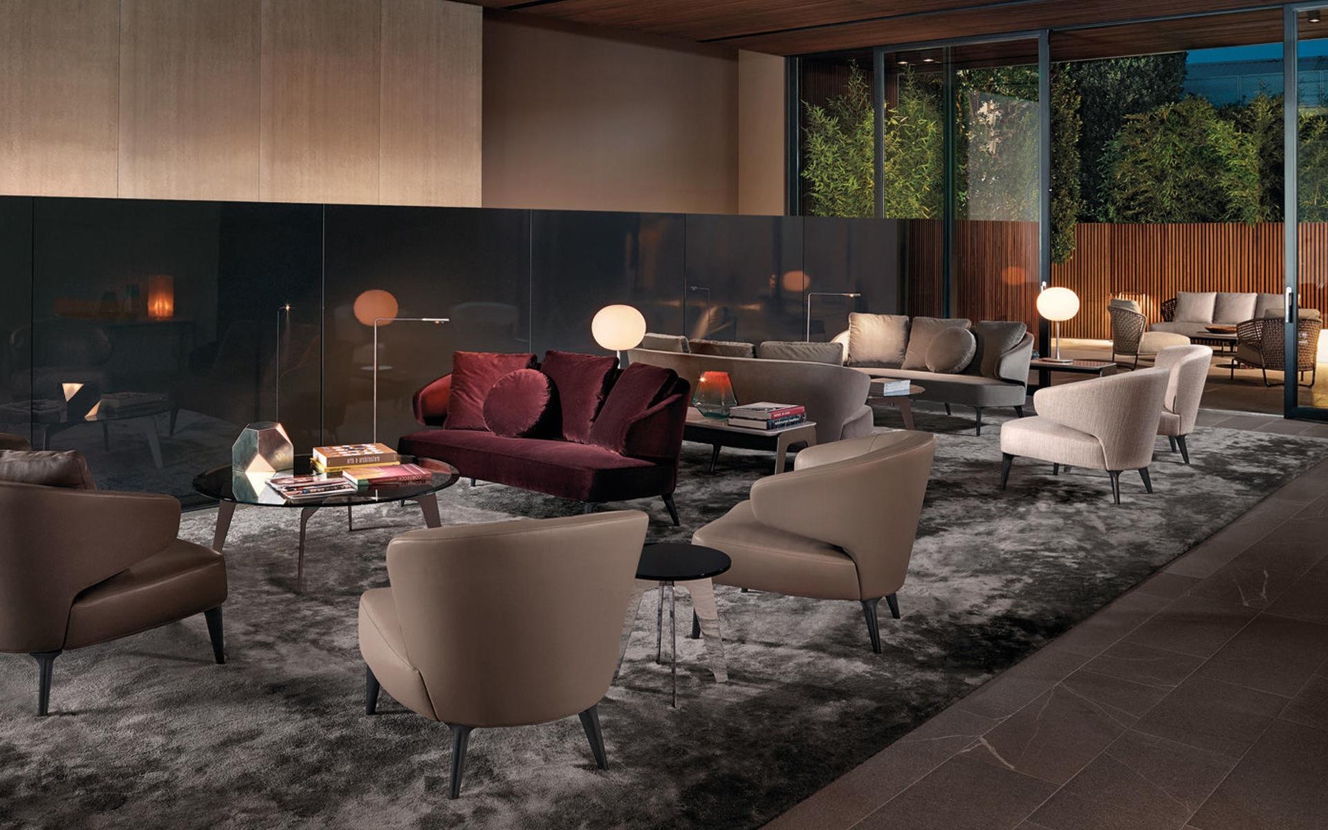 Der Sessel Aston von Minotti wirkt einzeln genauso edel wie im Ensemble, gesehen bei Hans G. Bock.