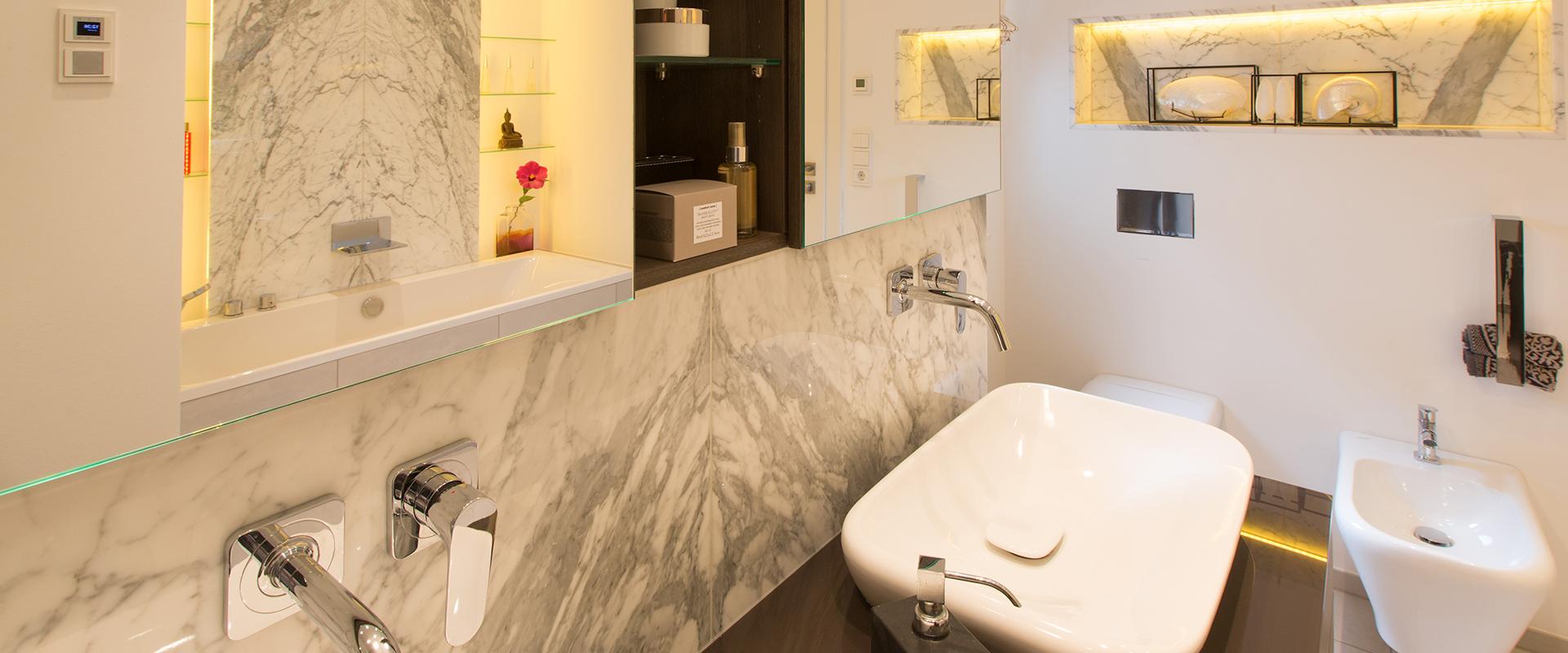 Homestory: Das von Hans G. Bock neu entworfene Bad strahlt in individuellem Design dank gespiegelter Marmorelemente.
