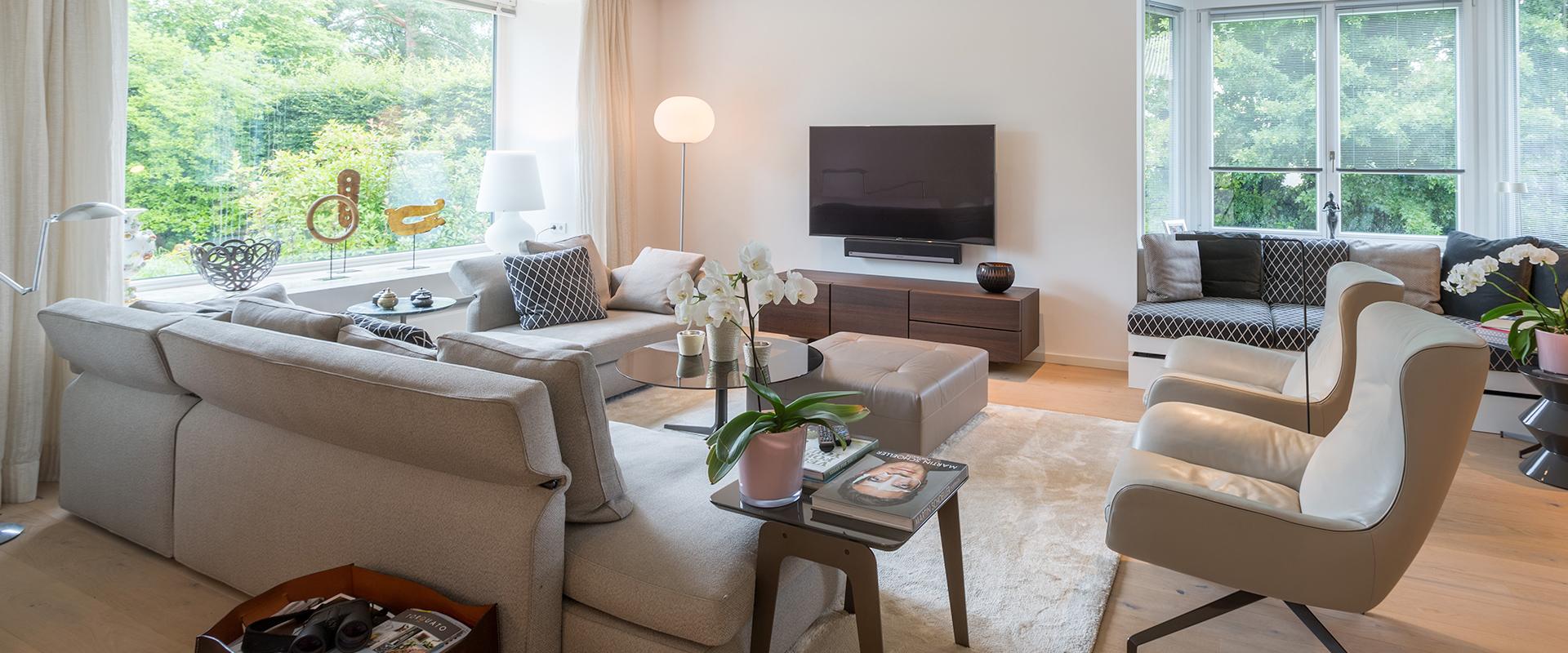 Homestory: Im von Hans G. Bock hell und hochwertig eingerichteten Wohnzimmer dominieren erdige Farben.