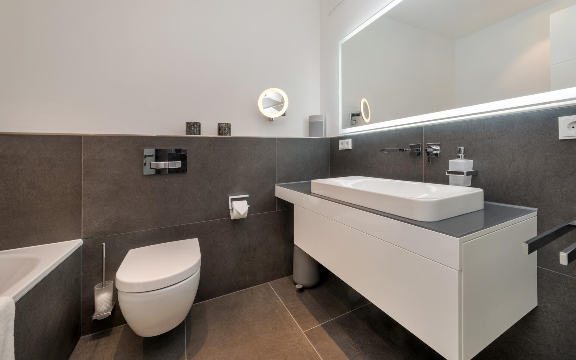 Hans G. Bock richtet auch Ferienhäuser ein: Moderne Badezimmer, die keine Wünsche offen lassen.