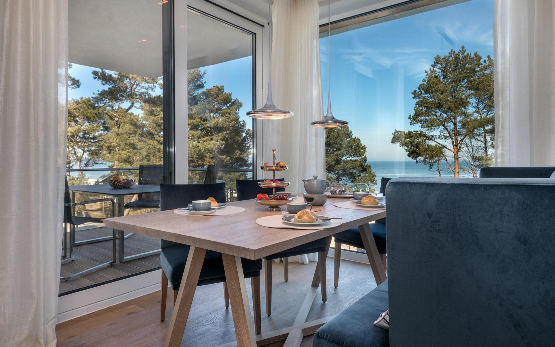 Hans G. Bock richtet auch Ferienhäuser ein: Esszimmer mit phantastischer Aussicht.