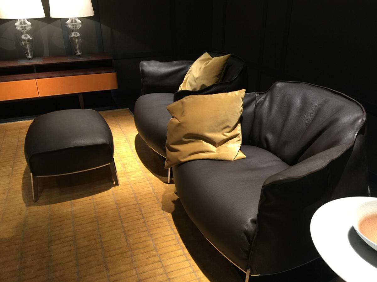 Hans G. Bock beim Salone di Mobile: Wundervolle Sofas von Poltrona Frau demnächst auch in Hannover.